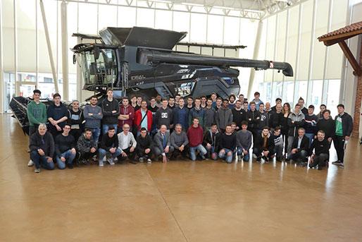 """Agco Breganze, all'incontro con gli studenti """"tecnici"""", la cerimonia di consegna di 6 motori"""